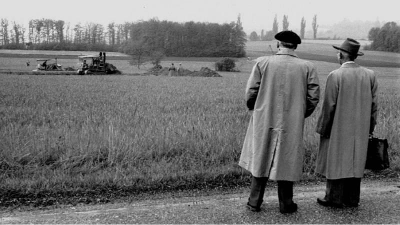 Robert Valeur (a la derecha) y un representante del cantón de Ginebra observan los primeros movimientos de tierra. / CERN