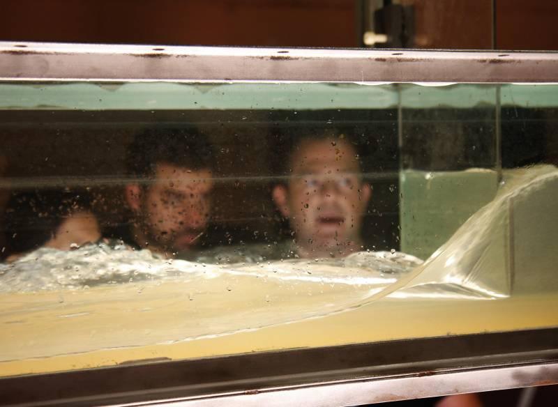 Investigadores frente al tanque