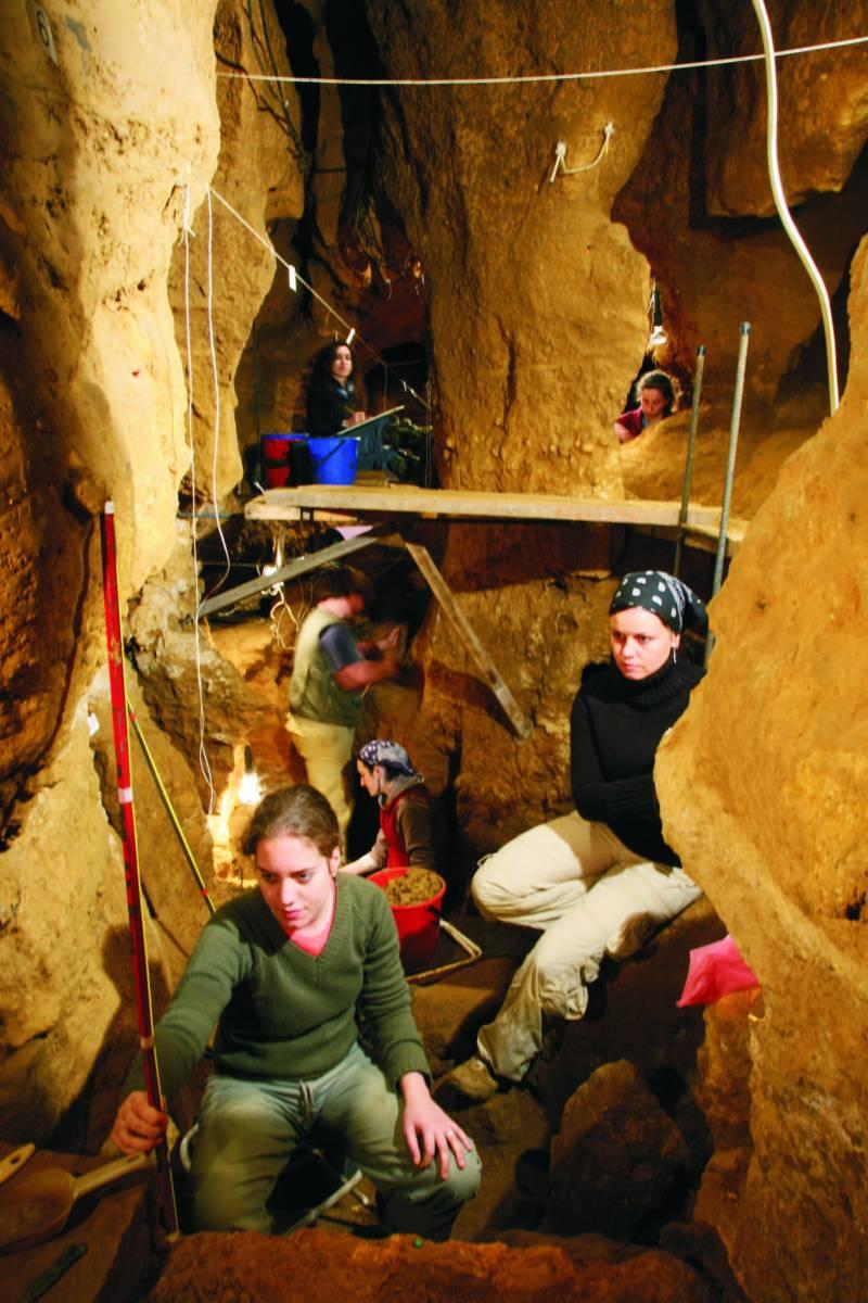 Equipo de investigadores de la Universidad de Oviedo en la cueva asturiana de El Sidrón. La foto fue tomada por el fallecido Javier Fortea.