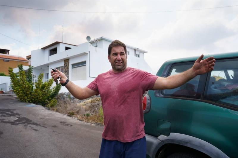 Un vecino se marcha del barrio de Todoque por la colada volcánica