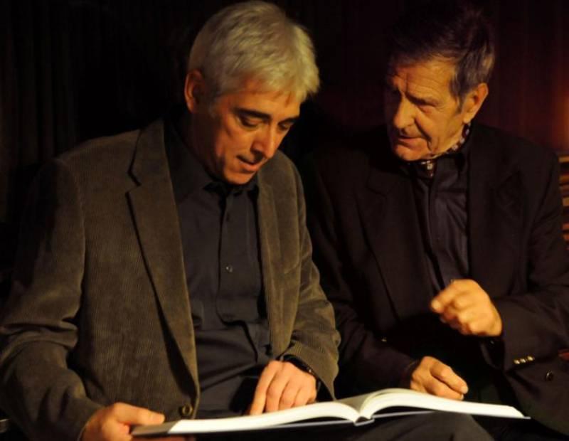 Àlex Aguilar, autor del libro, y Miguel López, antiguo arponero ballenero que dio muerte a la última ballena capturada en el Estado español.