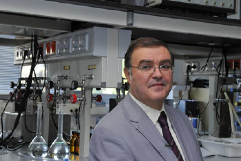 Catedrático del Departamento de Química Física de la UB