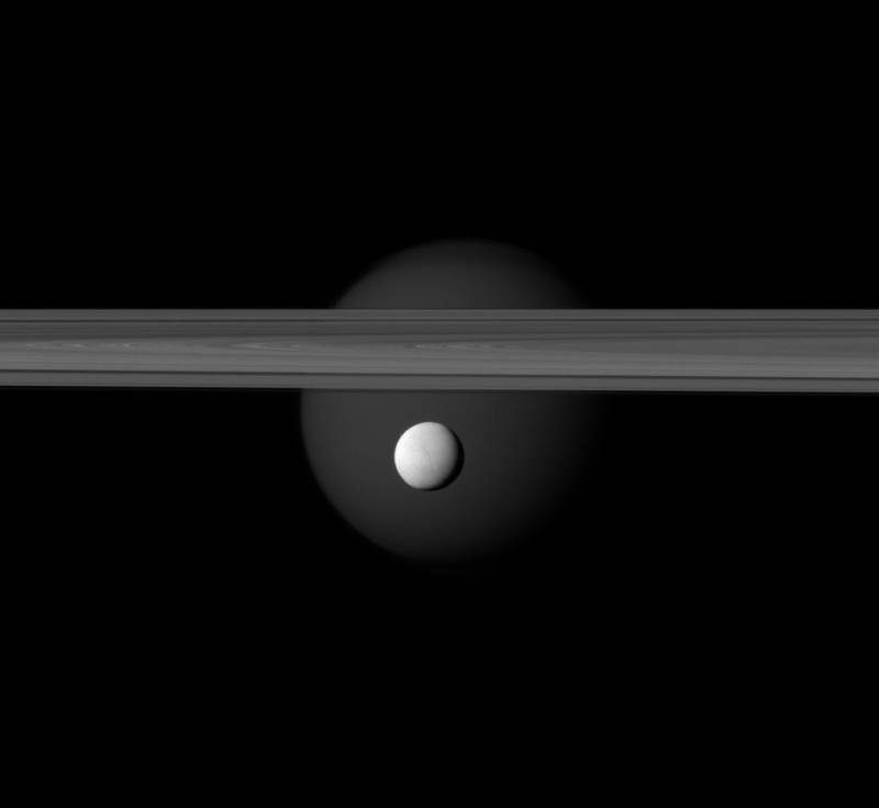 El gran Titán y el 'pequeño' Encelado con los anillos de Saturno