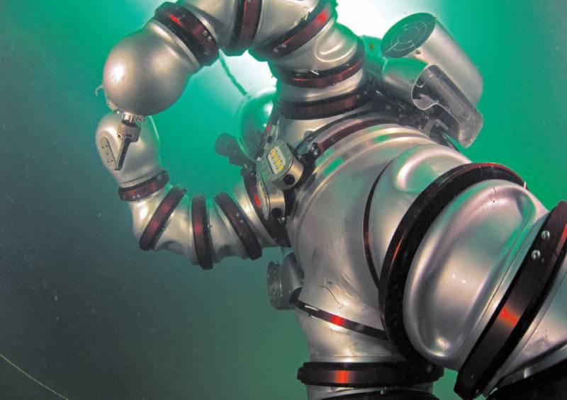 En la imagen, el exoesqueleto sumergido en el agua. / WHOI