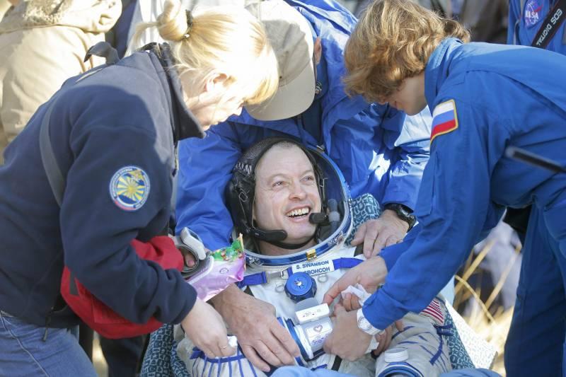 Médicos rusos del equipo de búsqueda y rescate asisten al astronauta estadounidense de la NASA Steve Swanson tras el aterrizaje. / Efe