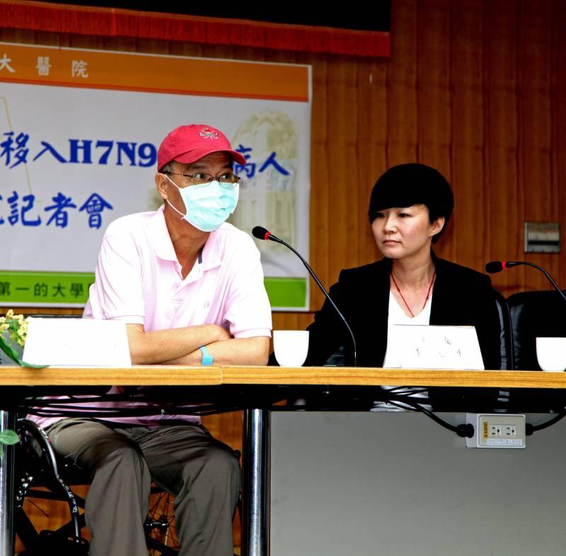 Un enfermo con el virus H7N9 ofrece una rueda de prensa en la que se anuncia su salida del hospital en Taipei (Taiwán) el pasado 24 de mayo. / Efe