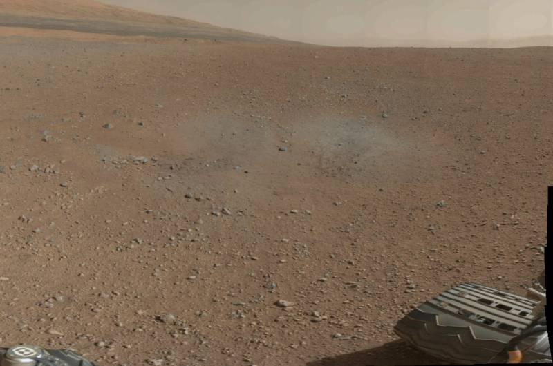 Fragmento de la panorámica a color tomada por Curiosity. La zona grisácea delata los efectos de los retrocohetes durante el aterrizaje.