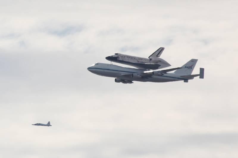 El último vuelo del Discovery ha sido sobre un Boeing 747.