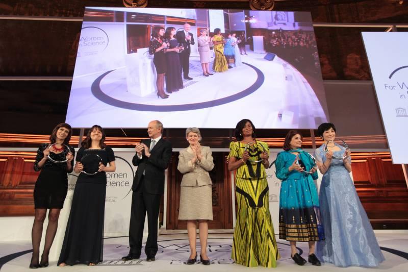 Las cinco laureadas junto a Jean Paul Agon, presidente de L'Oréal e Irina Bokova, directora general de la UNESCO. / Fundación L'Oréal