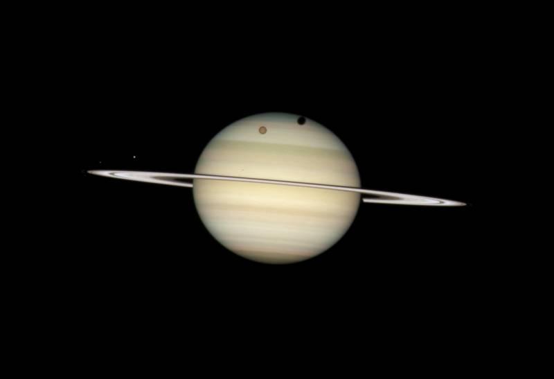 El Hubble capta la imagen de cuatro lunas de Saturno a la vez