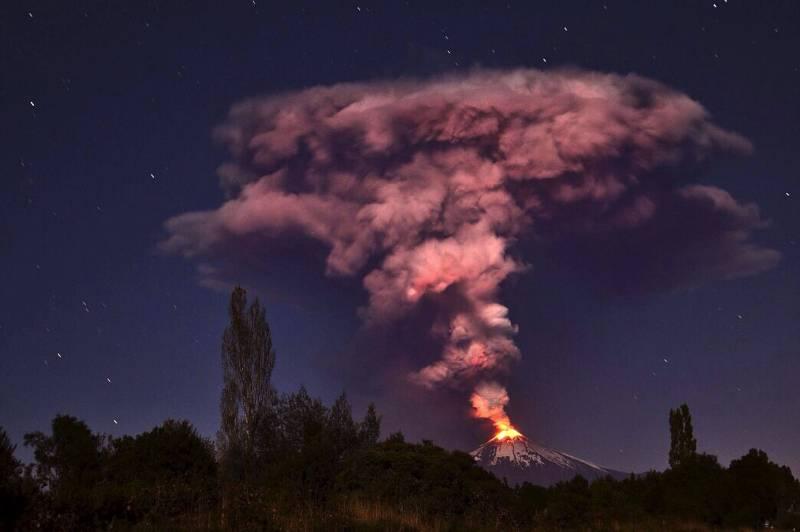 En la imagen erupción del volcán Villarrica, a unos 750 kilómetros al sur de Santiago de Chile. / Efe