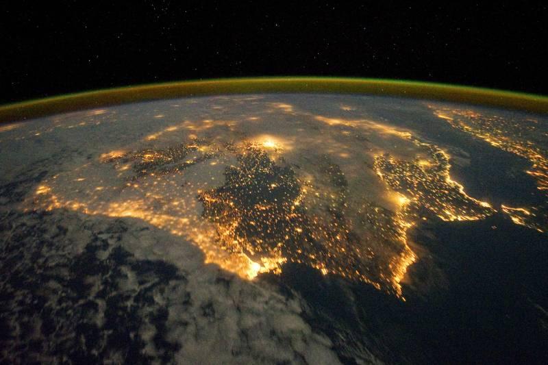 La península Ibérica de noche vista desde el espacio. Imagen: NASA Earth Observatory