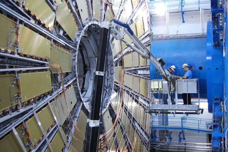 Dos operarios ultiman los trabajos en la cámara de muones del detector ATLAS.