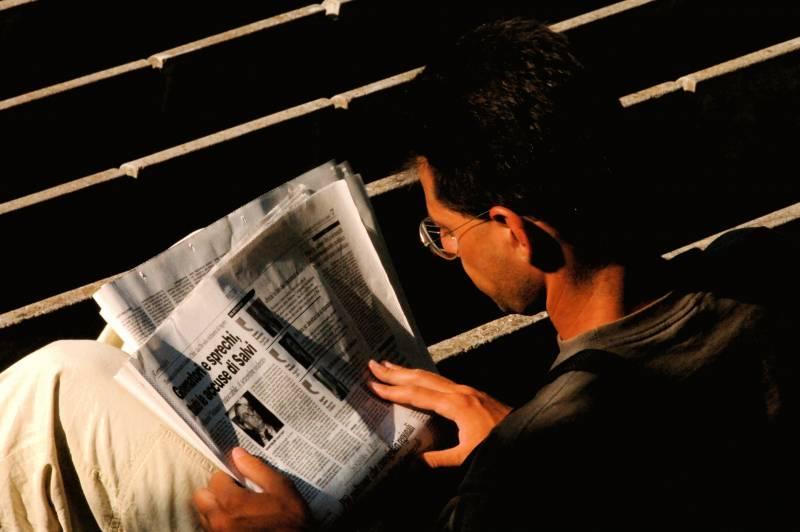 Hombre lee el periódico