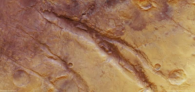 Nuevas imágenes de las profundas grietas de la corteza de Marte