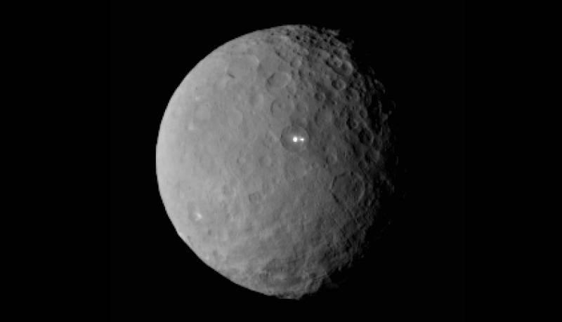 Imagen de Ceres tomada por la nave Dawn el pasado 19 de febrero, donde se observan las dos enigmáticas manchas luminosas. / NASA/JPL-Caltech/UCLA/MPS/DLR/IDA