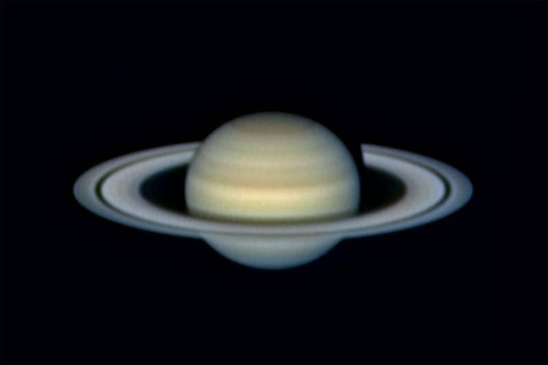Saturno fotografiado a través de un telescopio.