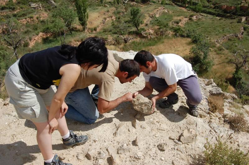 Sandra, Paco y Eduardo buscando fósiles en uno de los yacimientos.