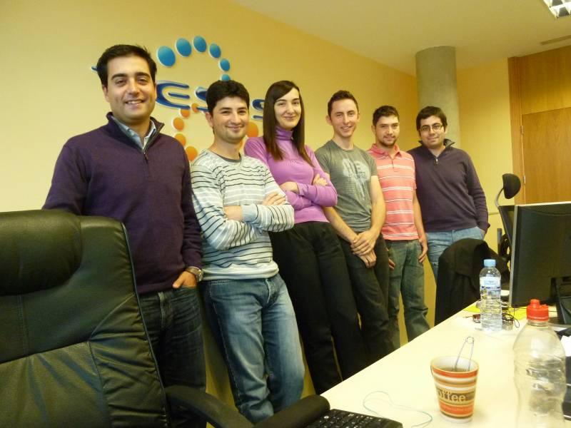 A la izquierda, Pedro Álvarez, acompañado de parte del equipo de Tesis. Foto: L. A. / FICYT