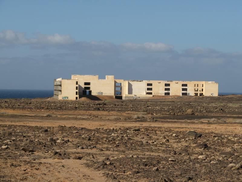 Panorámica de uno de los hoteles abandonados en plena construcción en la costa canaria