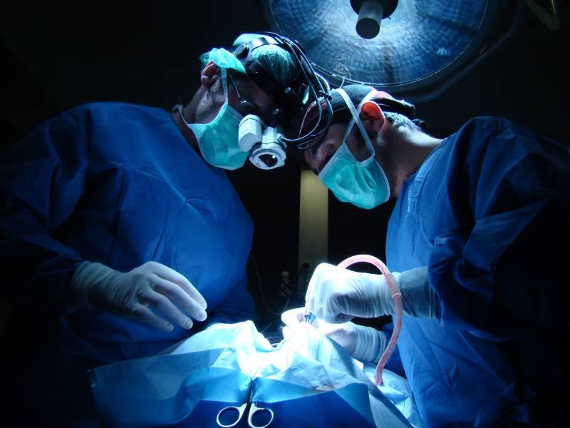 Utilizan un casco con microscopio quirúrgico para intervenciones de neurocirugía