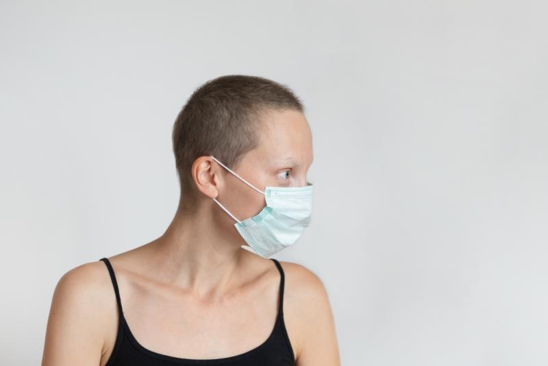 paciente de cáncer con mascarilla
