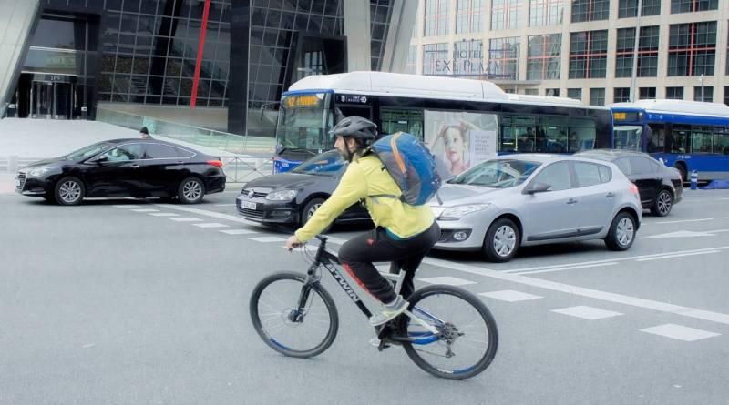 Ciclística entre el tráfico urbano