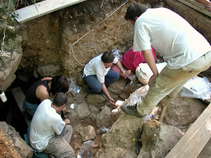 Trabajos en la Cueva de La Güelga, en Onís.
