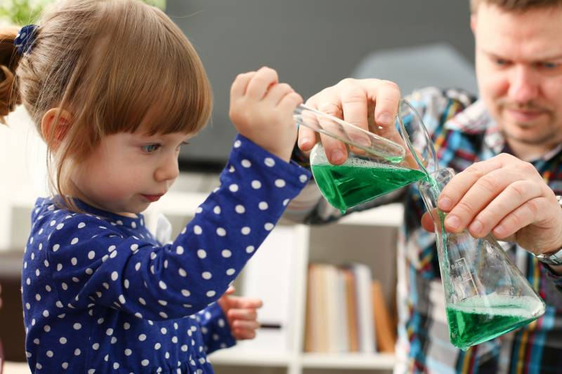 niña juega ciencia