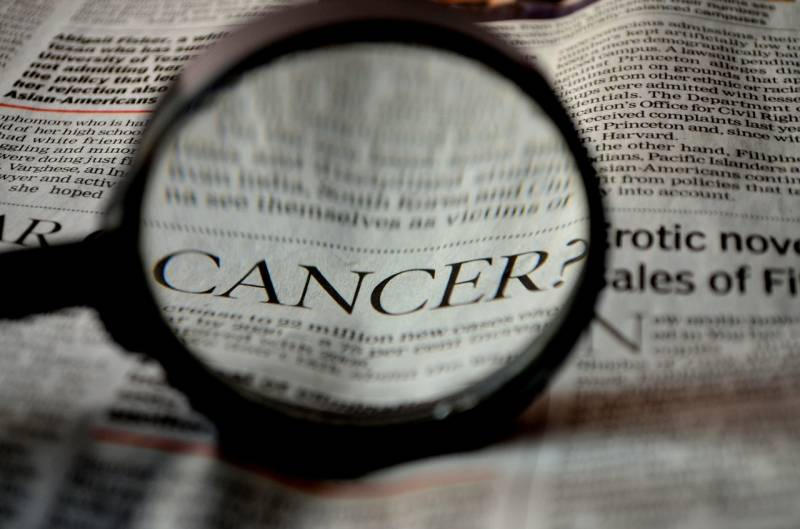 periódico con la palabra cáncer