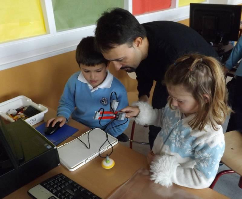 Anselmo Peñas, junto a dos pequeños inventores. Imagen: UNED.