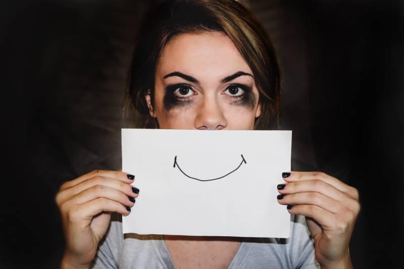mujer dibujando una sonrisa