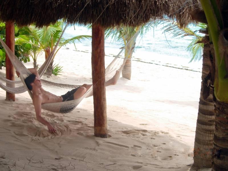 hombre en una tumbona en la playa
