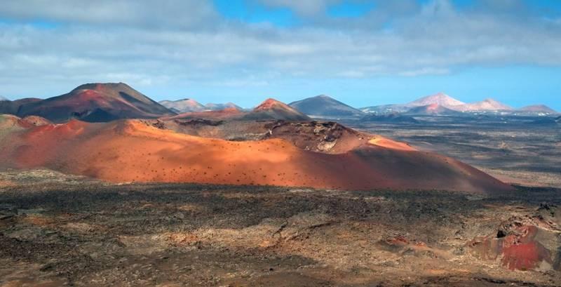Uno de los volcanes del Parque Nacional de Timanfaya, con varios conos al fondo. / Luc Viatour.