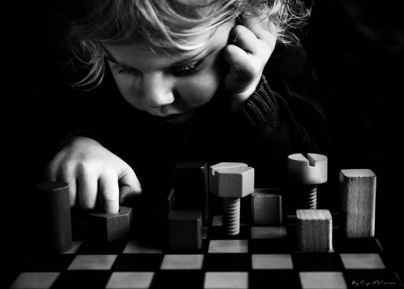 niña jugando al ajedrez