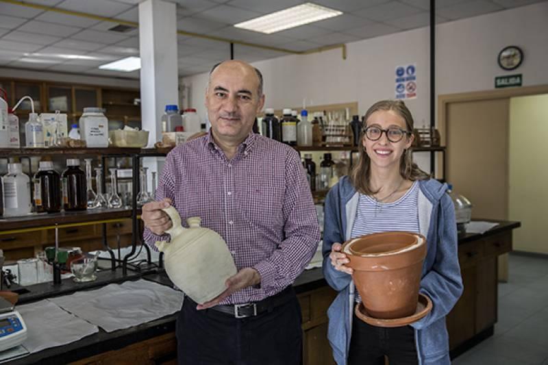 Gabriel Pinto y Carla Ortiz han estudiado la refrigeración por evaporación de agua en el botijo y en el pot-in-pot. / Olmo Calvo