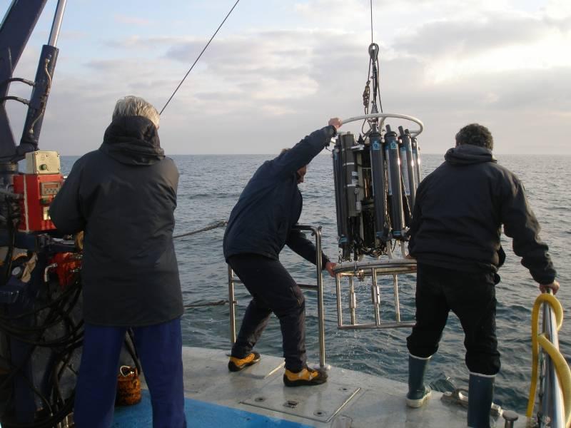 Investigadores de la Universidad de Oviedo recogen muestras en el Cantábrico a bordo del José Rioja, propiedad del IEO