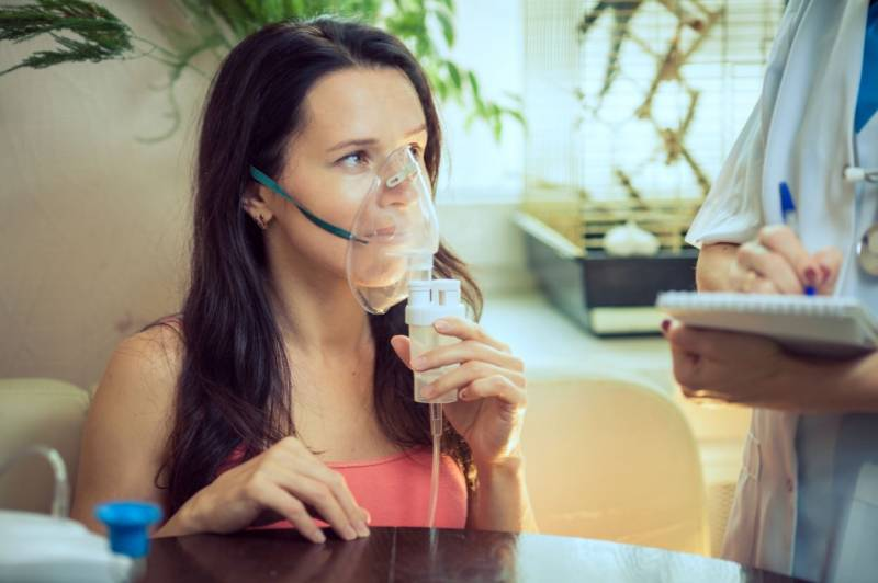 Mujer con crisis de asma
