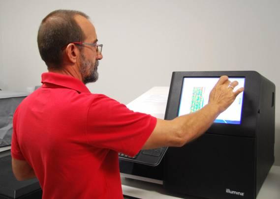 El secuenciador es capaz de trabajar con 100 muestras a la vez. / María Marín