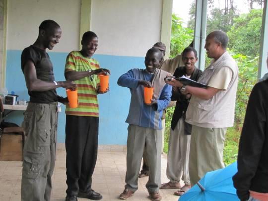 Hombres de Sheko participando en una prueba de tolerancia a la lactosa durante un estudio realizado en Etiopía / Tishkoff Lab