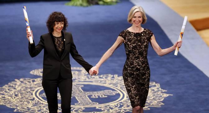 Emmanuelle Charpentier (i) y Jennifer Doudna (d) tras recibir de manos del rey Felipe VI el Premio Princesa de Asturias de Investigación Científica y Técnica 2015