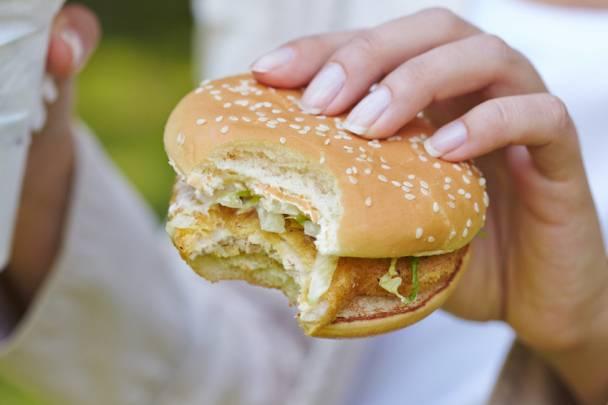 La comida rápida es una de las alternativas más comunes en la oficina. /Fotolia