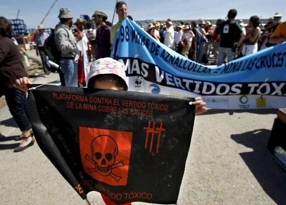 Manifestantes durante la conmemoración del décimo aniversario del desastre ecológico de la Mina de Aznalcóllar / EFE