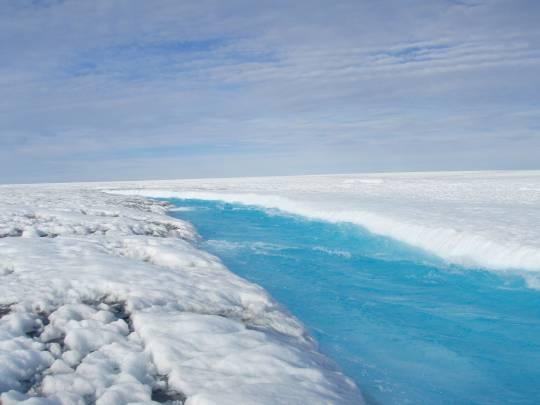 Corriente de agua de la capa superficial de Groenlandia / Sarah Das