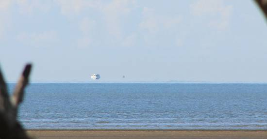 Fata Morgana. Un ejemplo de imagen que muestra un barco que parece estar flotando sobre el horizonte / Wikipedia