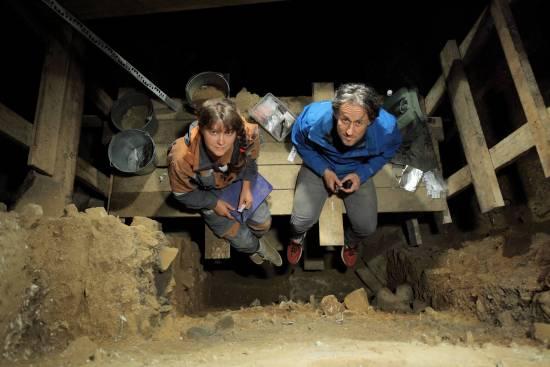 Natalia Belousova (Academia de Ciencias de Rusia) y Tom Higham tomando muestras de la Cámara Principal en la Cueva Denisova / Sergey Zelinski, Academia de Ciencias de Rusia