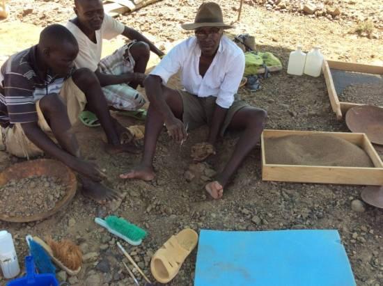 Akai Ekes y John Ekusi observan cómo Isaías Nengo levanta el bloque de arenisca con Alesi, después de seis horas de excavación / Isaiah Nengo