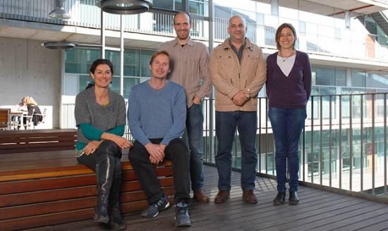 Raquel García Olivas (primera por la izquierda) junto a su grupo de investigación / CRG