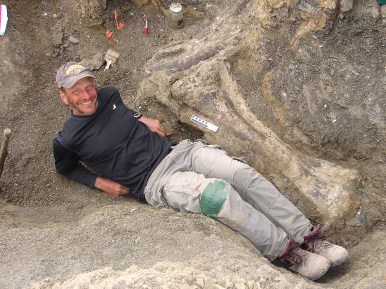 Kenneth Lacovara con la tibia derecha de Dreadnoughtus. / Kenneth Lacovara.