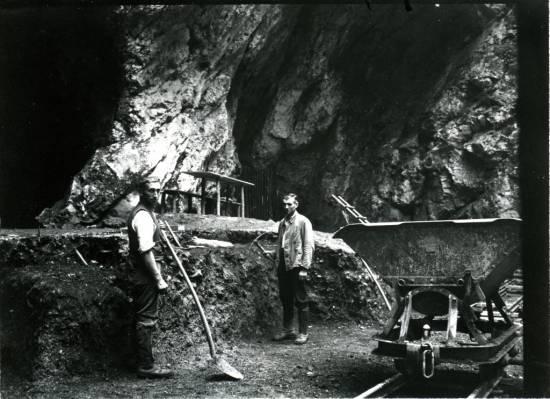 Excavaciones a la entrada de la cueva de Hohlenstein-Stadel en 1937, año en que se descubrió el fémur de Neanderthal / © Photo Museum Ulm